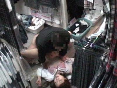 〖盗撮〗これ・・マジ??金欠女子高生たちがこぞってやってくるブルセラ店でのわいせつ映像!