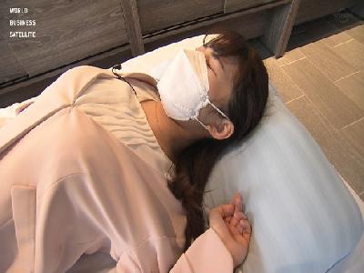 テレ東の新人アナ 寝具レポートで巨乳と股間を強調!!【GIF動画あり】