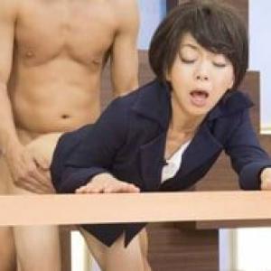 デスクでハメられながらもニュースを読む四十路の女子アナ 桐嶋永久子