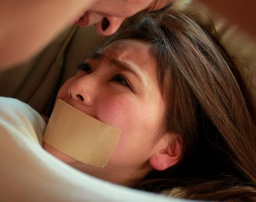 美人家庭教師が教え子のパパに手首を縛られガムテープで口を塞がれて無理矢理レイプされる!