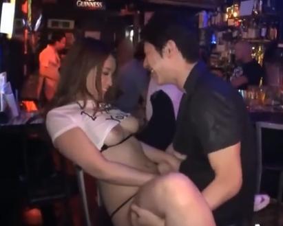 ムチムチな可愛いバイト娘とバーの店内で中出しセックス!興奮間違いなしのメチャ抜け映像