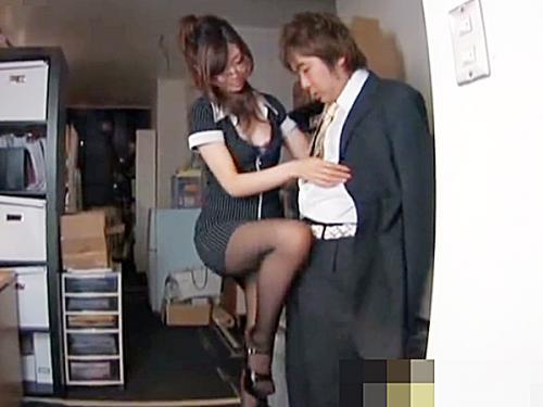 ◆痴女◆『じっとシてればイイからネ..♡』ボッチで仕事する男性社員を誘惑するセクシー眼鏡OL。。ココは、会社ですケド.. ...