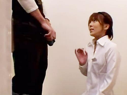 ◆フェラ抜き|顔射◆「見てみます?」『えっ、いや。。あッ!』試着室で男性客の股間の膨らみが気になる女性店員ですが.. ...