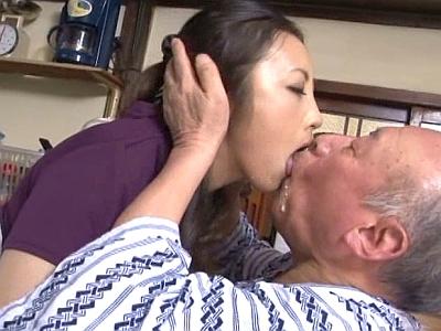 介護老人の義父と濃厚ベロキス…! 細くて長くキリン舌をいやらしく伸ばして吸いまくる!? ...