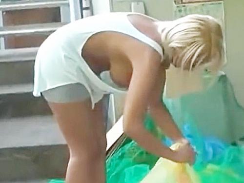 ★ゴミ捨て場|ノーブラ・黒ギャル★『。。ごくッ..!?』タンクトップ姿の金髪お姉さん。。刺激強すぎる、ゴミ捨てシてますョ ...