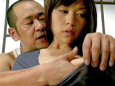 清楚な黒髪美人の人妻が、隣の中年独身男に強引に押し倒され、肉棒を受け入れる…